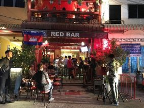 Red Bar. vida nocturna de Nom pen.