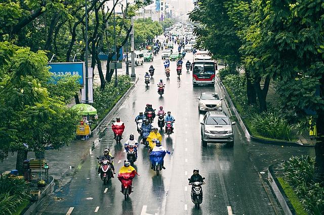 Trafico bajo la lluvia. Saigón.