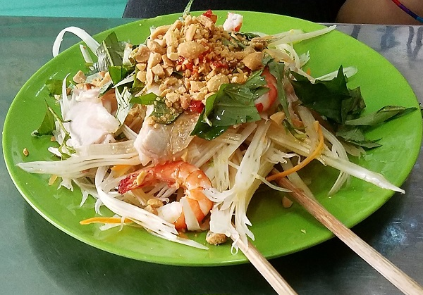 Lotus salad. Comer en saigon.