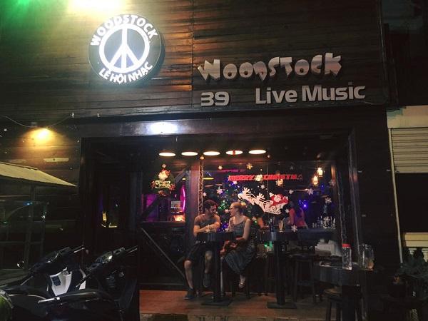 Entrada Woodstock bar. HCMC