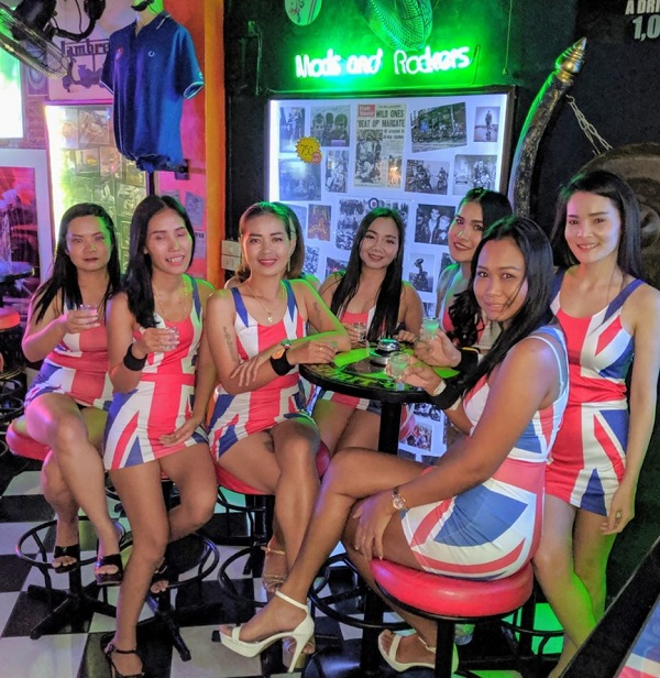 Chicas de Scooters Bar.
