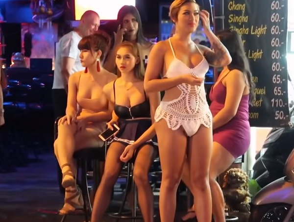 En la puerta de un bar de Ladyboys. Tailandia.
