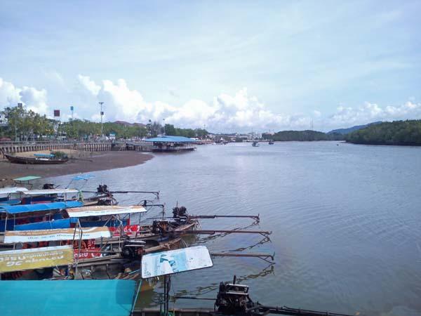 Río en Krabi. Barcas de popa larga.