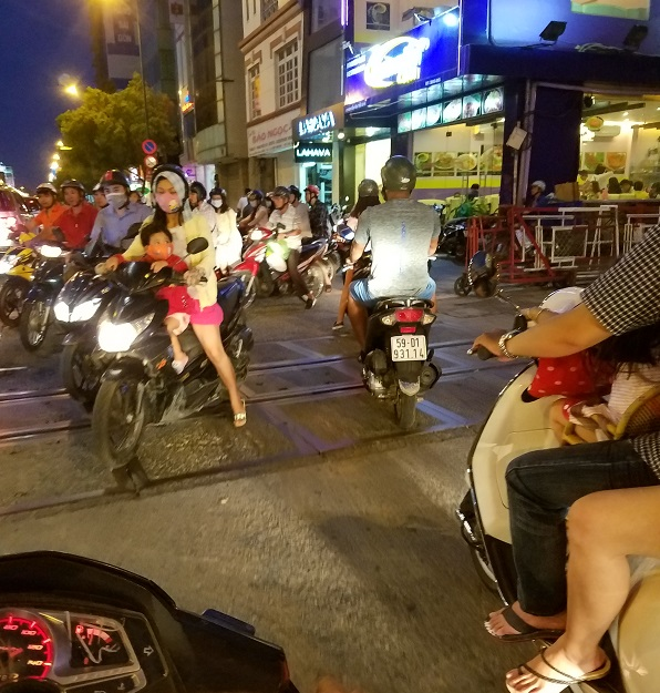 En moto por saigón. Novia vietnamita.