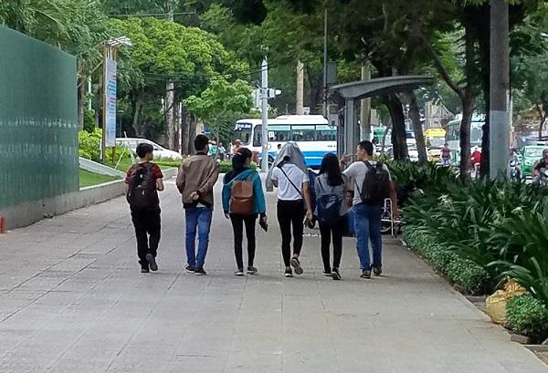 Estudiantes en el parque. Novia vietnamita.