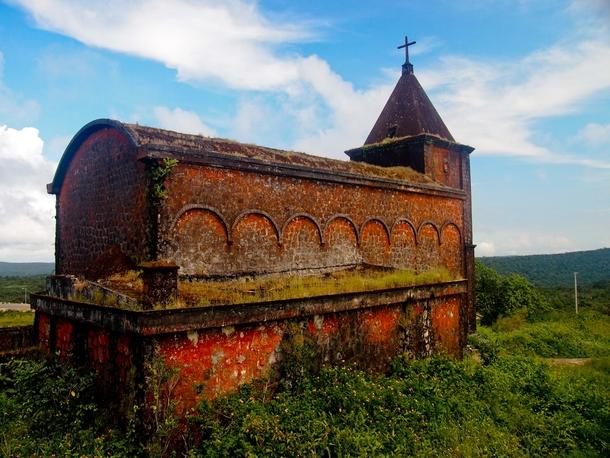 Bokor. Iglesia abandonada en el parque natural.