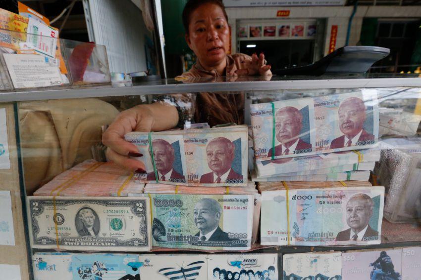 Cambio de rieles a dólares. Consejos viajar Camboya