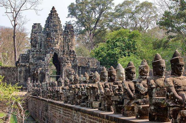 Devas y Asuras a la puerta de un templo de Angkor